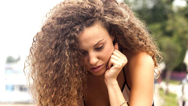 وصفة منزلية سحرية لتمليس و تنعيم الشعر المجعد