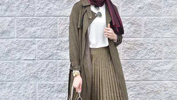 45e5968b8 عودة التنورة البليسيه... شاهدي بالصور أفكار مميزة لارتدائها مع حجابك