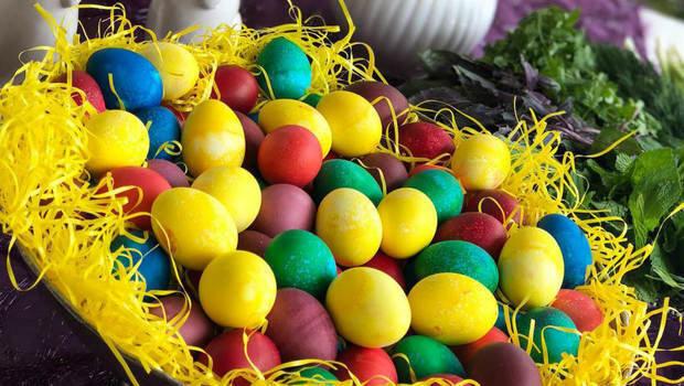 طرق تلوين بيض شم النسيم بألوان طبيعية وصحية من مطبخك