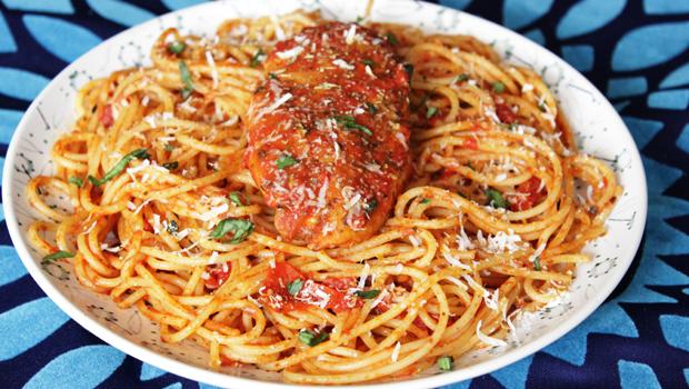 طريقة عمل مكرونة بالدجاج وصوص الطماطم بالريحان