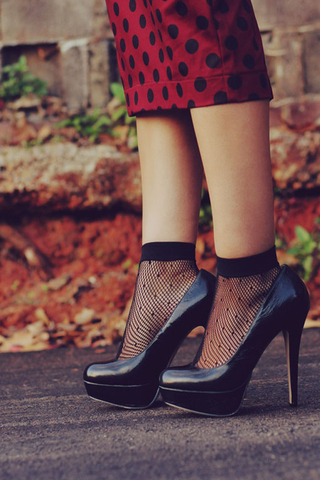 كيف ترتدين الجوارب مع الحذاء ذو الكعب العال؟