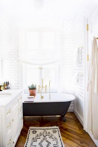 التي يمكنك من خلالها إكساب حمامك الضيق مظهرا واسعا ومريحا.