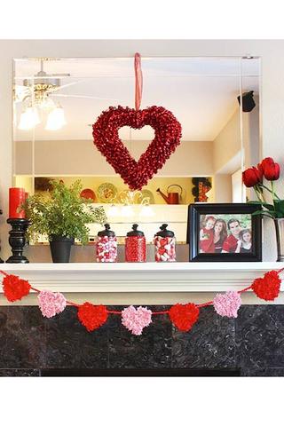 نشر الأجواء الرومانسية في المنزل من أهم مقومات الاحتفال بعيد