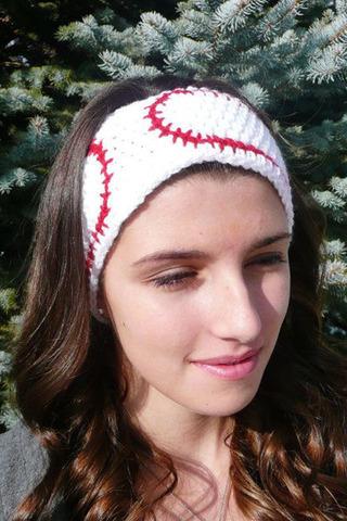 تمتعي بإطلالة جذابة في الشتاء بطوق الرأس الكروشيه