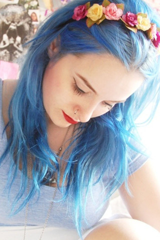 اخرجي عن الإطار المألوف بألوان شعر غير تقليدية - الشعر الأزرق الفاتح