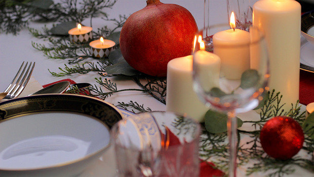 Make Your Own Unique Last Minute Christmas Dinner Table Setting